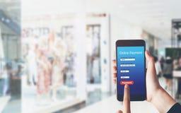 Smartphone de participation de femme pour écrire le paiement en ligne du magasin Concept de fournir des services de vente sur l'I photo libre de droits
