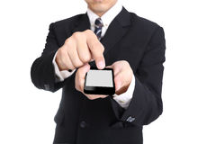 Smartphone de prise d'homme d'affaires avec le chemin de coupure photo stock