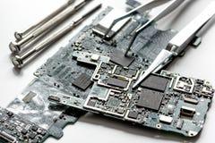 Smartphone de réparation de concept - pièces d'instruments numériques avec des outils Photos libres de droits