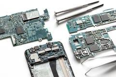 Smartphone de réparation de concept - pièces d'instruments numériques avec des outils Image stock