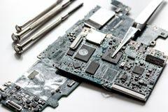 Smartphone de réparation de concept - pièces d'instruments numériques avec des outils Image libre de droits