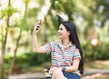 smartphone de selfie de fille Images libres de droits