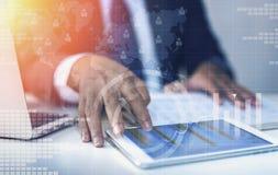 Smartphone de trabalho da tela tocante do homem de negócios foto de stock royalty free