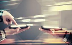 Smartphone de transfert des données photos libres de droits