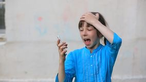 Smartphone de vidro quebrado da tela à disposição da menina da virada, fundo branco video estoque