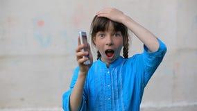 Smartphone de vidro quebrado da tela à disposição da menina da virada, fundo branco vídeos de arquivo