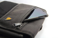 Smartphone in de zak Stock Foto