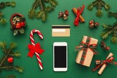 Smartphone, decorazioni di natale e carta di credito Immagine Stock