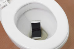 Smartphone deixou cair no toalete Fotografia de Stock Royalty Free