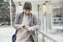 Smartphone del hombre joven Fotos de archivo