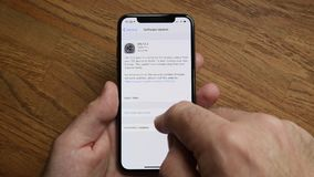 smartphone del iPhone XS del POV del hombre por el Apple Computer que pone al d?a el IOS metrajes
