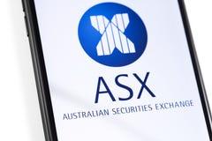 Smartphone del primer con el logotipo de ASX en la pantalla fotos de archivo libres de regalías