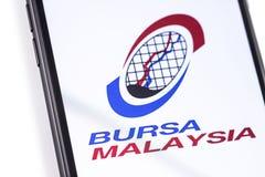 Smartphone del primer con el logotipo de Bursa Malasia en la pantalla imagenes de archivo