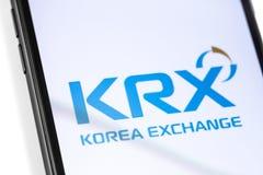 Smartphone del primer con el logotipo de KRX en la pantalla fotos de archivo