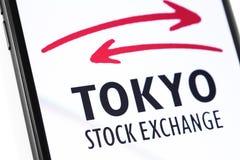 Smartphone del primer con el logotipo de la bolsa de acción de Tokio en la pantalla imagenes de archivo