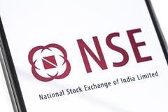 Smartphone del primer con el logotipo de NSE en la pantalla imágenes de archivo libres de regalías