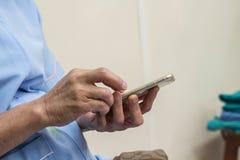 Smartphone del tacto de la mujer Fotos de archivo libres de regalías
