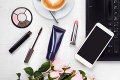 Smartphone del telefono cellulare della borsa del cappuccino della tazza di caffè del computer portatile dei cosmetici Fotografia Stock