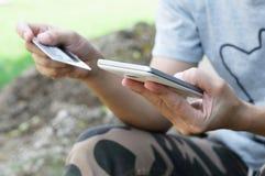Smartphone del uso de la mujer y tarjeta de crédito móviles para las compras en línea Fotografía de archivo libre de regalías