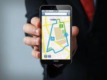Smartphone dell'uomo d'affari di applicazione di navigazione Immagini Stock Libere da Diritti