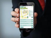 Smartphone dell'uomo d'affari di car sharing Fotografie Stock