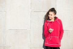 Smartphone della tenuta del corridore dell'atleta della donna Fotografia Stock Libera da Diritti