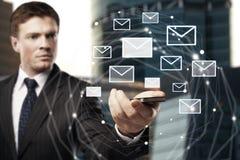 Smartphone della tenuta dell'uomo con la rete del email Immagini Stock Libere da Diritti