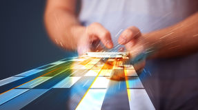 Smartphone della tenuta dell'uomo con le linee futuristiche Fotografie Stock