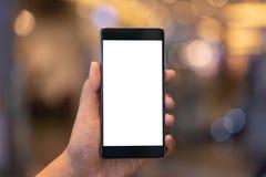 Smartphone della tenuta dell'uomo con lo schermo in bianco Prenda il vostro schermo per mettere fotografia stock
