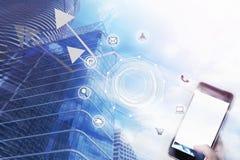 Smartphone della tenuta dell'uomo d'affari con l'icona di affari e l'alta configurazione Immagini Stock