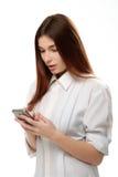 Smartphone della tenuta della giovane donna Immagini Stock