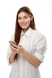 Smartphone della tenuta della giovane donna Immagine Stock