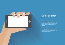 Smartphone della tenuta della mano con lo schermo in bianco Fotografie Stock