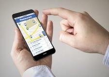 Smartphone dello schermo attivabile al tatto con il cercatore del ristorante sullo schermo Fotografie Stock Libere da Diritti