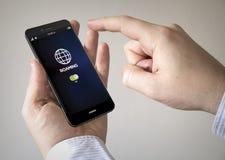 smartphone dello schermo attivabile al tatto con vagare sullo schermo Fotografie Stock Libere da Diritti