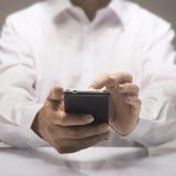 Smartphone in den Händen Stockbild