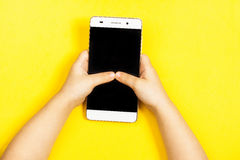 Smartphone in den Händen eines Kindes Stockfotos