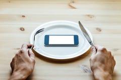Smartphone an der leeren Platte Lizenzfreie Stockfotografie