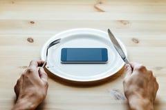 Smartphone an der leeren Platte Stockbilder
