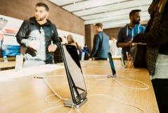 Smartphone, der neues iPhone 8 und iPhone 8 Plus in Apple Store hält Stockfotografie