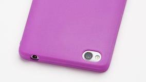Smartphone in der purpurroten Silikonabdeckung lizenzfreies stockfoto