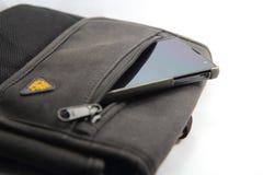 Smartphone in der Tasche Stockfoto