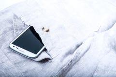 Smartphone in der Tasche Stockbild