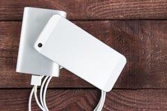 Smartphone di carico con il powerb di Grey Portable External Battery Fotografia Stock Libera da Diritti