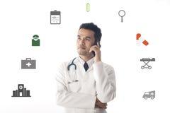 Smartphone di funzionamento e di uso di medico Fotografie Stock