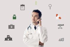 Smartphone di funzionamento e di uso di medico fotografia stock libera da diritti