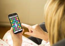 Smartphone di gioco della donna di tecnologia Fotografia Stock