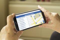 Smartphone di ricerca del ristorante Immagini Stock Libere da Diritti