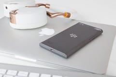 Smartphone di salto di Blackberry e Apple MacBook Immagini Stock Libere da Diritti