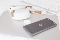 Smartphone di salto di Blackberry e Apple MacBook Fotografia Stock